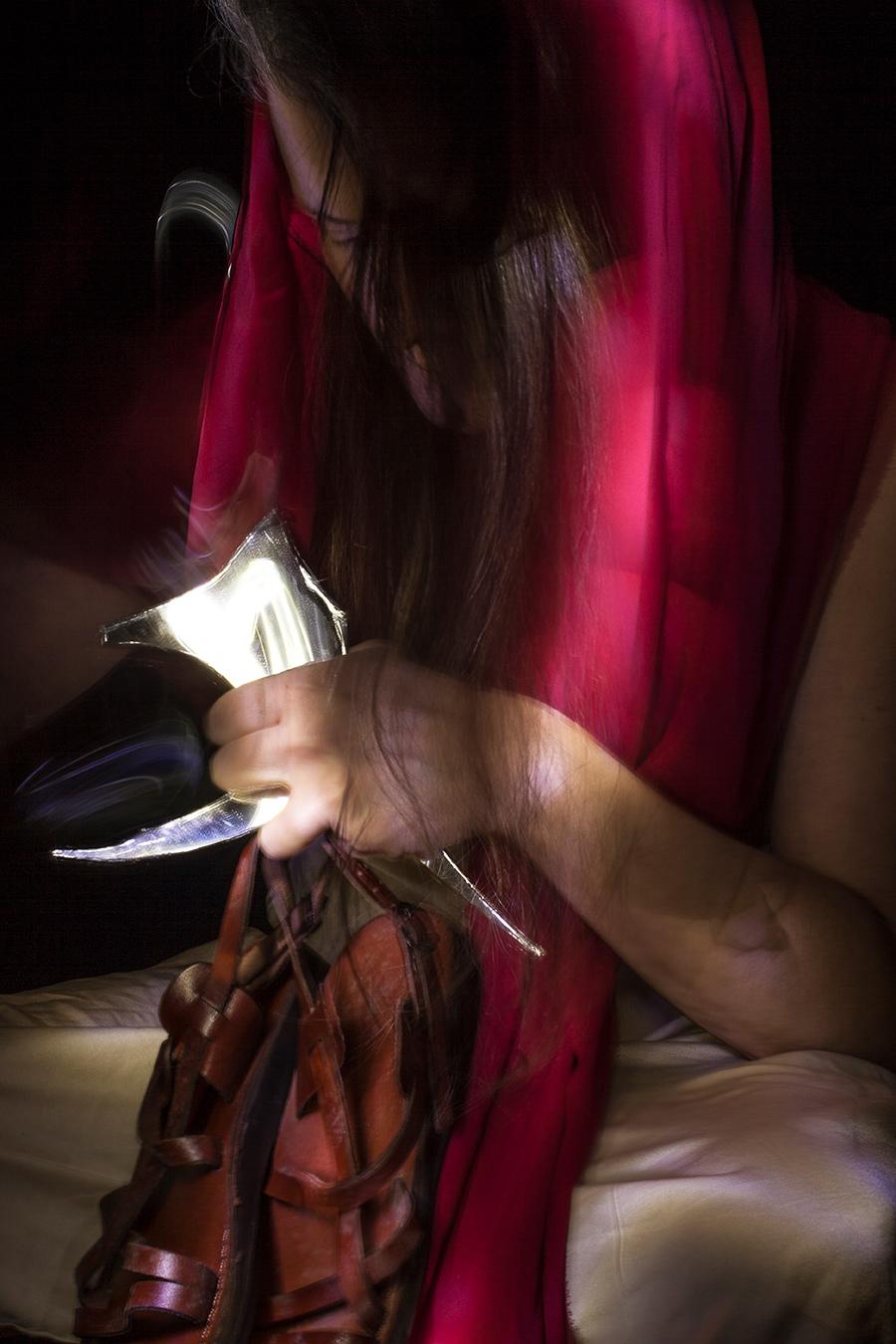sguardi tenda rossa sul corpo delle donne