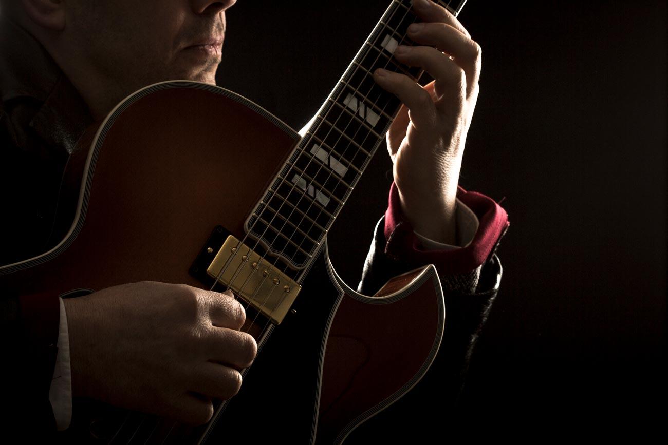 Ritratto-uomo-musicista-chitarra-allebonicalzi-1-2